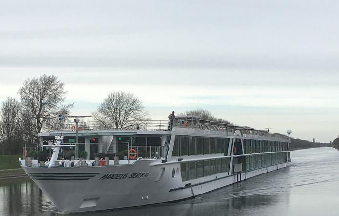 Een cruiseschip op het Kanaal door Walcheren.