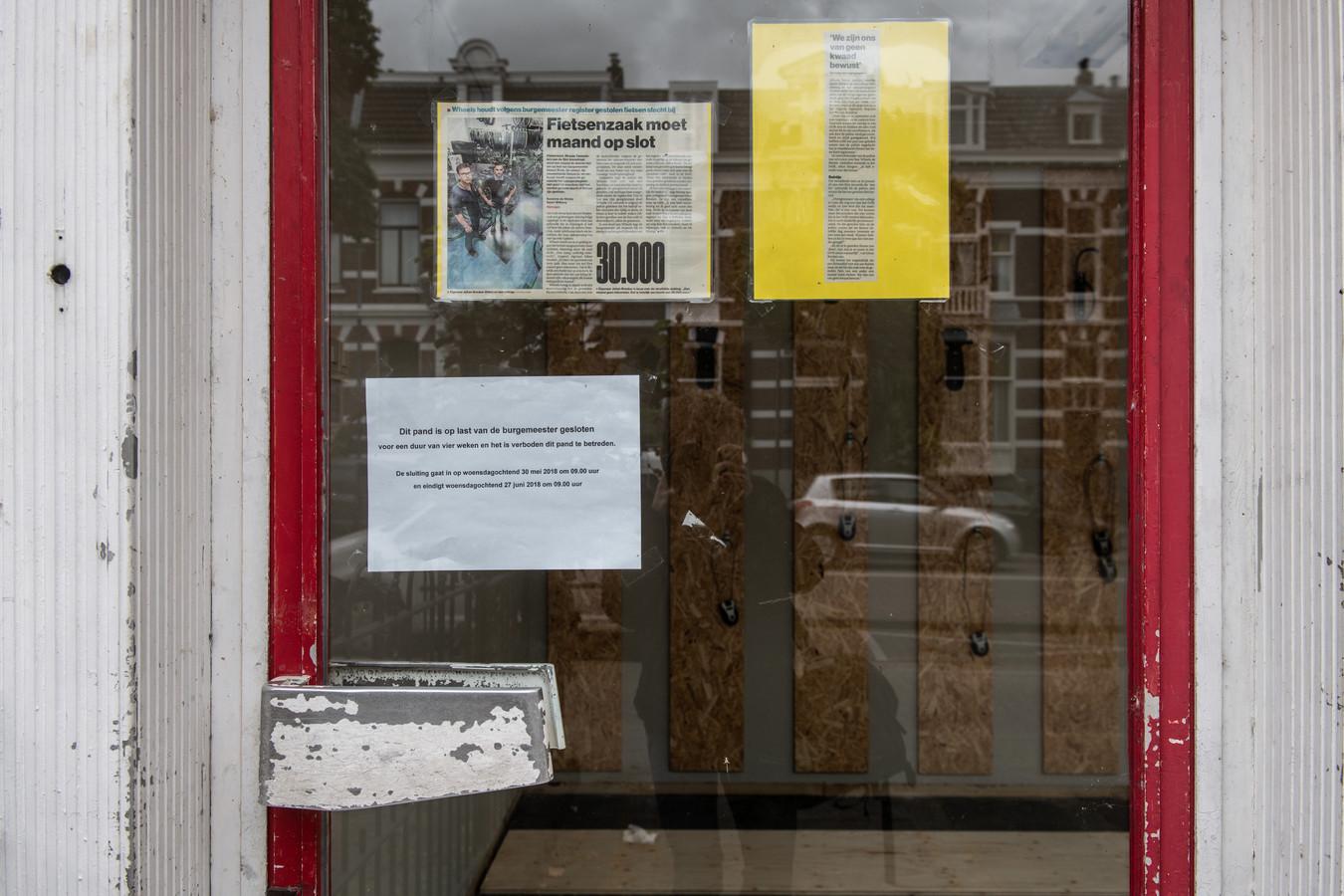 Op de voordeur bij Wheels hangen twee krantenartikelen met uitleg ove de kwestie.