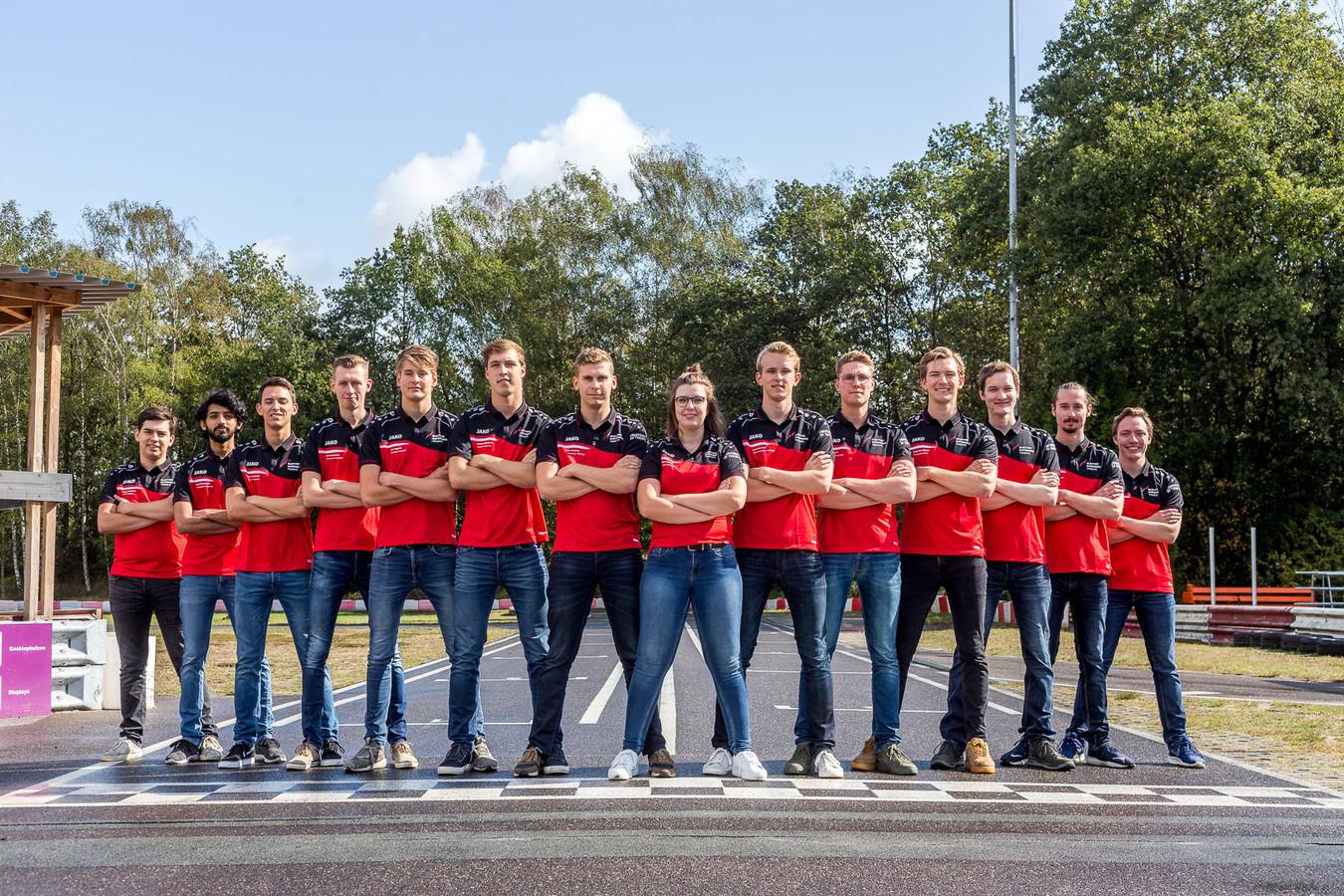 Het Electric Superbike Team van de UT bestaat uit 14 mannen en één vrouw.