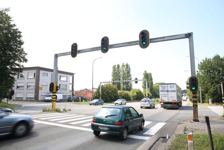 De N203a in Halle. Een kilometer verder mogen vrachtwagens op de A8 voortaan niet meer in halen tijdens de spitsuren.