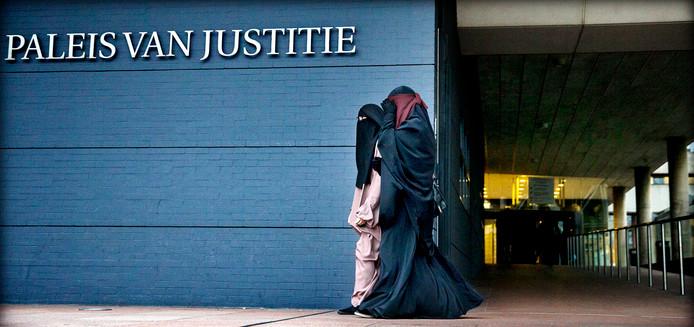 Islamitische Staat laat de teugels vieren. Jihadistische vrouwen zijn niet langer aan huis gekluisterd om voor man en kinderen te zorgen, maar ook zij mogen nu geweld gebruiken en aanslagen plegen.