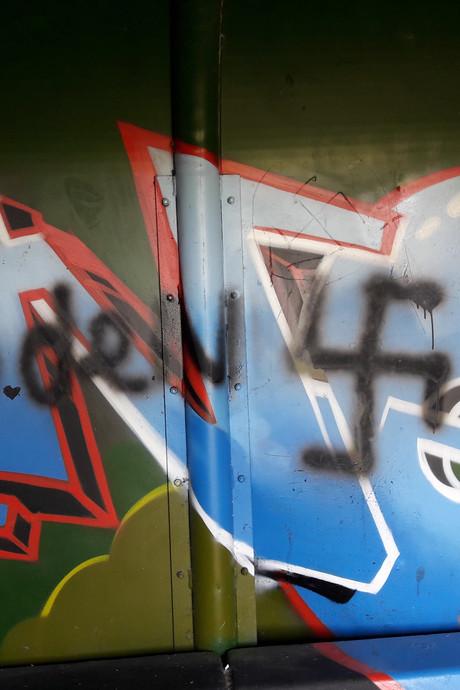 Hakenkruizen op honk Heeswijk