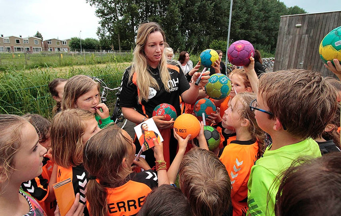 Toch nog Oranjegekte in Zevenbergen , handbal-international Isabelle Jongenelen kwam even terug op het oude nest, Groene Ster, en werd belaagd door vooral handbalmeisjes