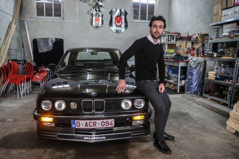 Emre Kökcü in zijn garage bij zijn oldtimer.