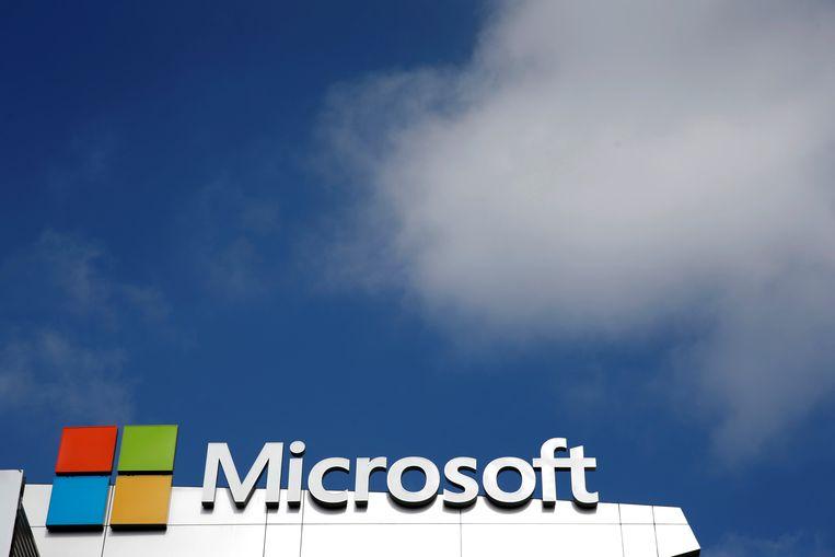 Het logo van Microsoft met op de achtergrond een aantal wolken.