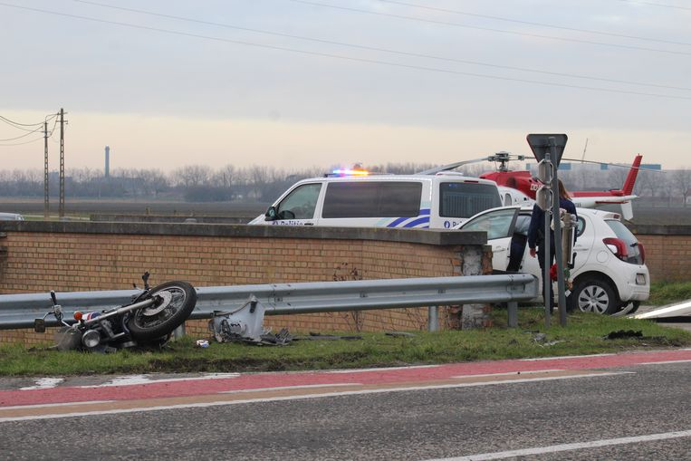 De motorfietser reed op de Brugsesteenweg richting Brugge en werd aangereden door een personenwagen die de straat wou kruisen.