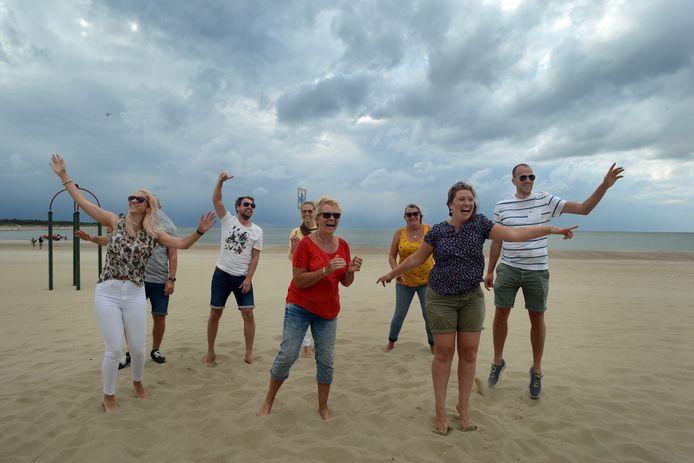 Trouwe CAS-bezoekers en Bloffans zochten de Brouwersdam toch op. Elly Korevaar (in het midden met rood shirt) met om haar heen kinderen, schoonkinderen en vrienden. Vlnr: Tessa, Niels, Timo, Marleen, Conny, Michelle en David.
