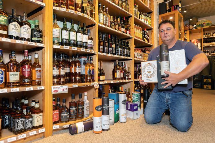 Bij de slijterij van René Quist aan de Markt in Geertruidenberg is heel gericht dure whisky gestolen. De lege kokers en dozen van de dure flessen zijn het enige wat er nog van rest.