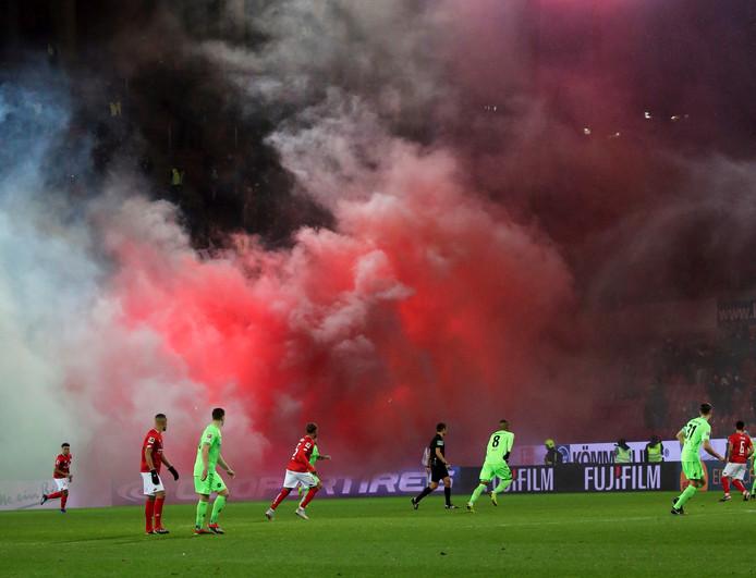Door de enorme rookbommen in het uitvak moest het duel tussen Mainz en Hannover tijdelijk worden gestaakt.