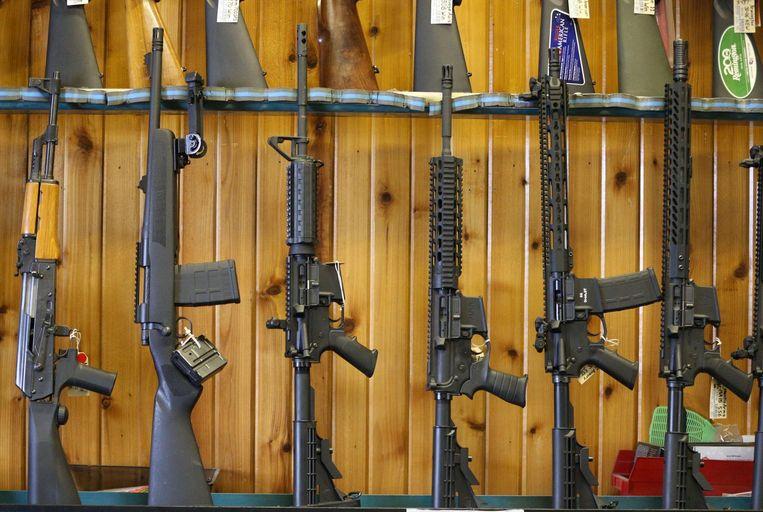 Semi-automatische AR-15's te koop bij een schietclub in het plaatsje Orem in Utah. Wie in de VS 18 jaar is, mag een AR-15 kopen. Het is een van de populairste geweren in de VS. Beeld AFP
