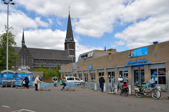 De bestaande Albert Heijn in het centrum van Sas van Gent waar huurwoningen en koopappartementen in de plaats komen.