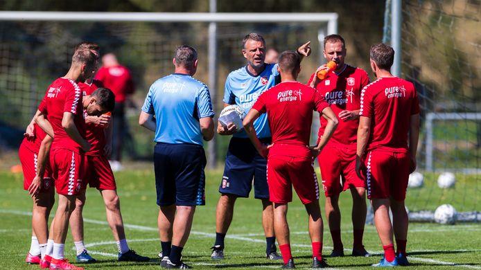 Assistent-trainer Andries Ulderink legt het de spelers uit. Ron Jans (op de rug) luistert mee.