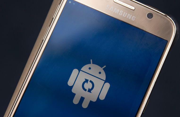 2017-08-31 09:19:38 RIJSWIJK - Een update van een smartphones met het Android besturingssysteem. ANP STEPHAN VAN DEN BOS
