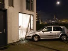 Automobilist ramt hoekhuis en gaat er vandoor