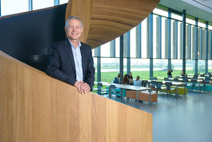 Rector Paul Metzemaekers op de Merlet-locatie Cuijk, met uitzicht op de Maas.
