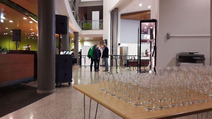 In het gemeentehuis van Valkenswaard zijn de glazen om 22.00 uur nog leeg. Rond 22.30 worden de meeste mensen verwacht. De bar gaat pas om 22.30 uur open. Dat was een les van de vorige verkiezingen: toen ging de bar veel vroeger open en werd er door sommigen iets te veel gedronken.