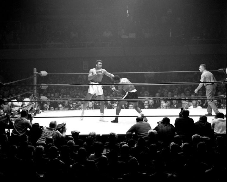Muhammad Ali vecht tegen Floyd Patterson. Beeld epa
