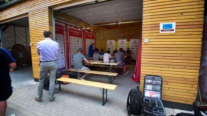 Als een garagebox plots een perszaaltje wordt: Clement lacht zijn tanden bloot op aparte persconferentie in Luxemburg