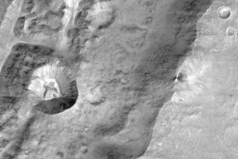 Een close-up van een naamloze krater op Mars die werd genomen door de TGO.