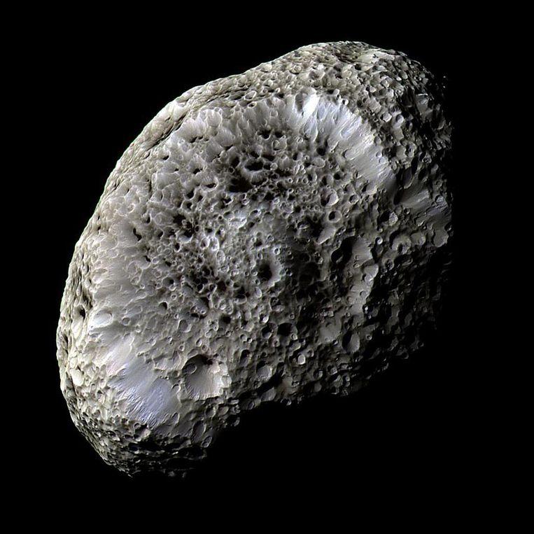 Hyperion, sponsachtige ijsmaan van Saturnus. Beeld Theo Audena
