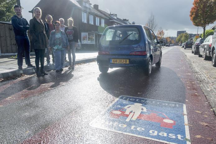 Buurtbewoners in Stadsveld maakten zich zorgen over de verkeersveiligheid in hun wijk  toen op de gloednieuwe fietsstraat (de smalle Zweringweg) ook nog een lijnbus ging rijden.