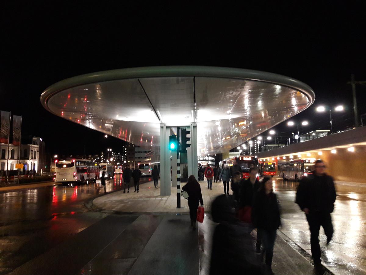 Tilburgs nieuwe busstation werd maandagochtend officieel geopend.