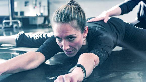 in 'Hanne danst' krijgt VRT-journaalanker Hanne Decoutere één jaar de tijd om als prima ballerina op te treden met een gerenommeerd balletensemble.
