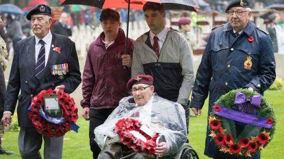 Eerbetoon voor oorlogsveteraan: Britse para maakt laatste parasprong met urn van overleden parachutist
