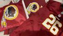 Het logo van Washington Redskins op een shirt en vlaggetjes.