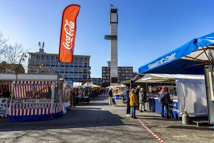 HENGELO - Markt in Hengelo. Tape en lint op de grond om afstand tussen de mensen te houden, sommige kramen hebben van doorzichtig plastic een muur tussen de werknemers en de klanten gemaakt.
