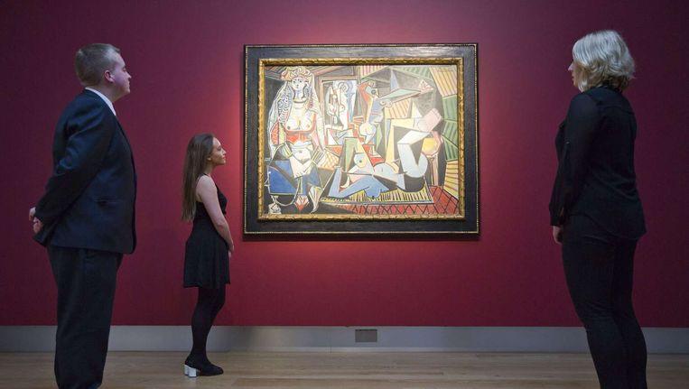 Medewerkers van Christie's bij Les Femmes d'Alger van Pablo Picasso. Beeld anp
