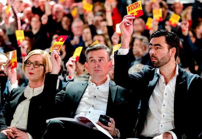 Lijsttrekker Emile Roemer (midden) en partijvoorzitter Ron Meyer (rechts) tijdens het SP partijcongres op 14 januari in aanloop naar de Tweede Kamerverkiezingen 2017.