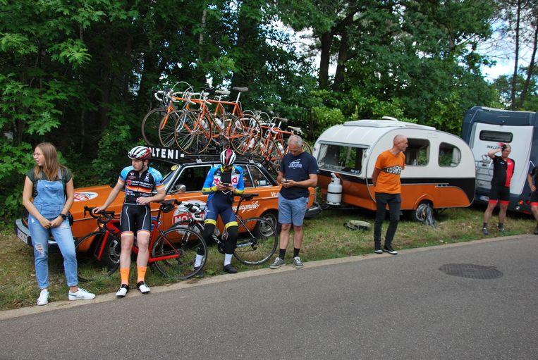 Jo Helsen met zijn caravan langs het parcours.