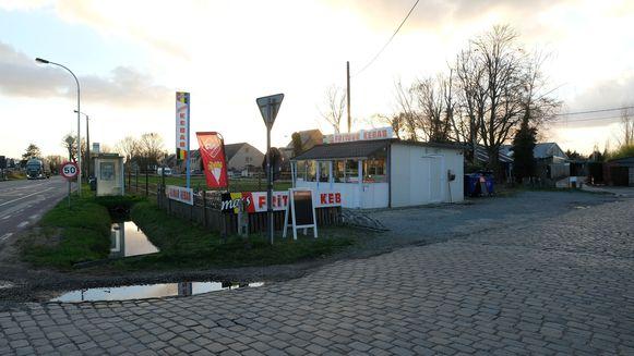 Frituur- en kebabzaak tussen de N14 en Kanaalstraat in Massenhoven.