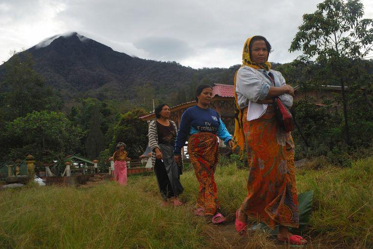 Inwoners uit het Karo-district gaan ter voet naar het stembureau. Beeld afp
