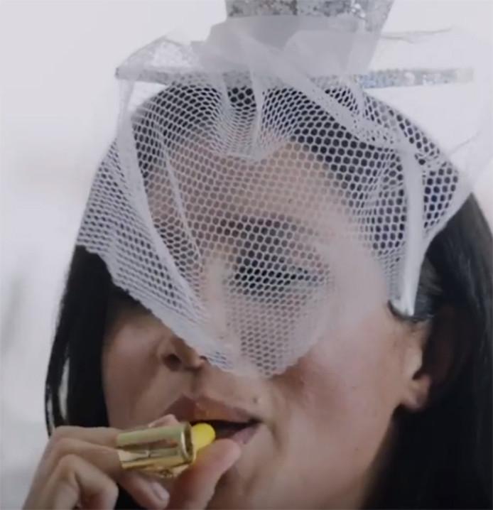 Chapeau festif et mirliton, un attirail pas assez sérieux pour la famille royale?