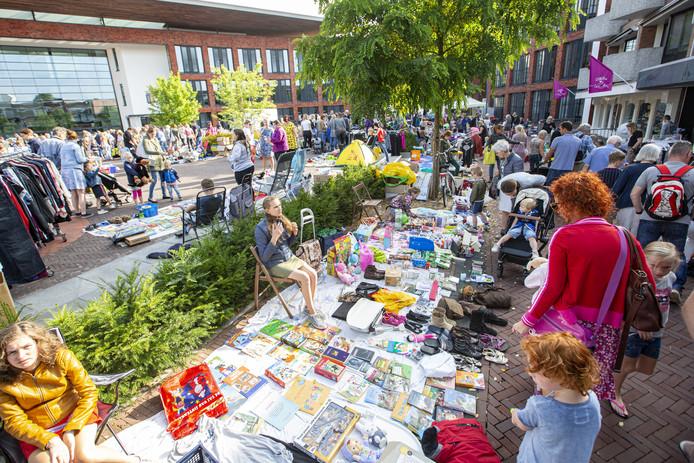 Een bomvol centrum van Rijssen. Speelgoed en spelletjes vinden gretig aftrek, dvd's daarentegen niet.