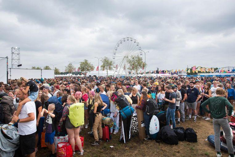 Festivalgangers komen aan op Pukkelpop.