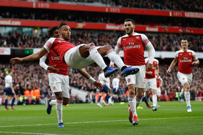 Pierre Emerick Aubameyang viert zijn goal.