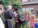 Pastoor Putman zegent in Velddriel de meegebrachte huisdieren.