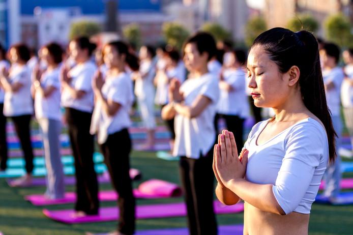 Ook op de sportschool in het Chinese Hua county wordt Internationale Yoga Dag gevierd.