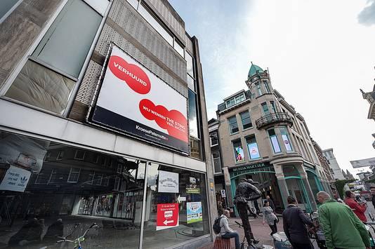 De makelaar is trots: felicitaties voor The Sting op een reclamebord op het voormalige pand van Esprit op de kop van de Roggestraat, Bovenbeekstraat en het Land van de Markt.