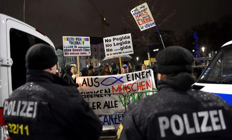 Politie bij anti-Pegidademonstratie in Leipzig. Beeld afp