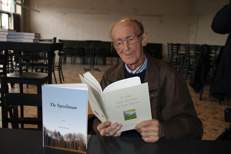 Paul Baekeland met zijn twee laatste publicaties: 'De Speelman' en 'Er viel een dichter uit mijn boom'.