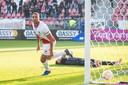 Cyriel Dessers tikt de 1-0 binnen voor FC Utrecht na een megablunder van ADO Den Haag-doelman Indy Groothuizen