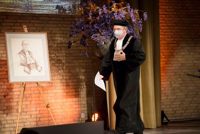 Wim van de Donk gaat speechen en loopt langs het portret van Klaas Sijtsma, zijn voorganger als rector magnificus.