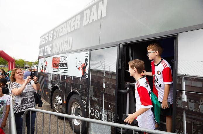 Fans poseren bij de spelersbus bij de Kuip.