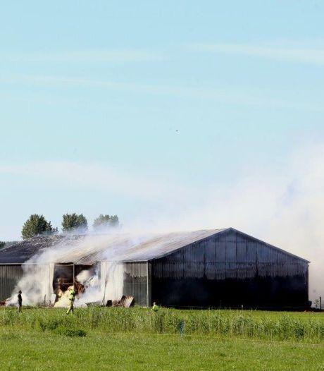 Grote brand in schuur van agrarisch bedrijf in Delwijnen