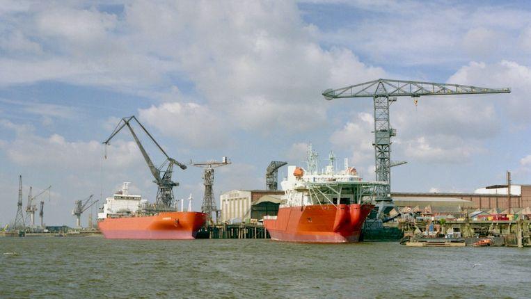 Zicht op de Boelwerf in Temse in 1990, met de gastanker Sombeke en kabellegger Discovery.
