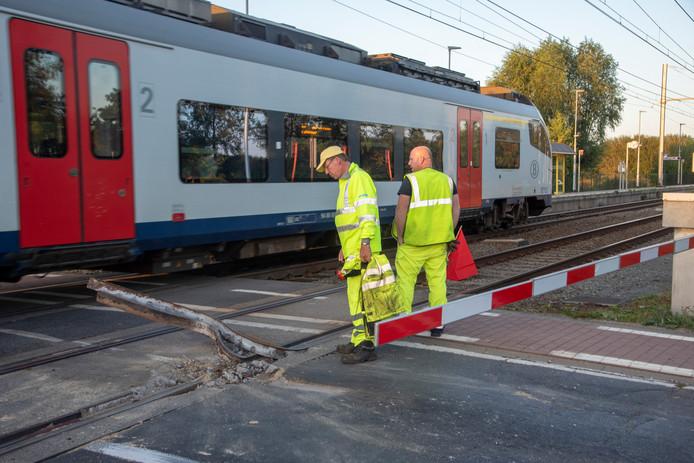 Aan de overweg in Beervelde werd anderhalve meter spoor vernield. Het treinverkeer kan er slechts over één spoor passeren.